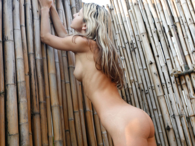 Nice-ass GF naked in outside shower
